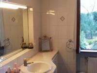 Salle de bain (avec douche et baignoire) du Pompea - Côté lavabo