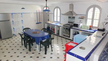 la cuisine, vaste et lumineuse est très bien équipée