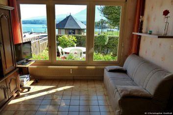 Le living avec vue sur le lac