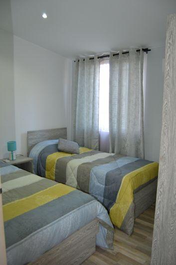 Chambre 2 avec 2 lits simples.