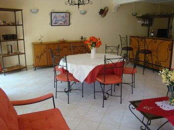 Salle à manger + coin bar  ( rez-de-chaussée ).