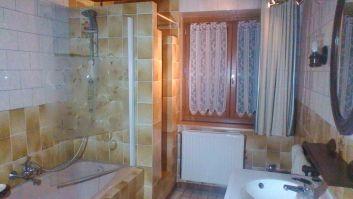 Salle de bain avec baignoire,douche ,lavabo,bidet
