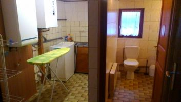 à gauche : M à laver et étendoir /à droite WC , douche et lavavo