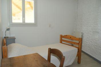 Une chambre simple indépendante au rez-de-chaussée avec une armo