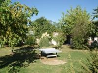 un grand jardin clos ombragé avec table de ping-pong