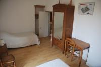 Chambre double avec une penderie, une armoire à glace et un bure