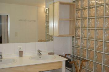 Grande salle de bain, doubles vasques - wc séparés.
