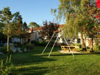 Balançoire et salon de jardin pour passer de bons moments
