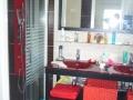 la salle d' eau de la chambre rouge
