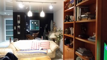 le salon avec le xoin bureau dans le fond