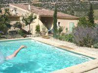 La piscine avec l'Ecurie en arrière plan