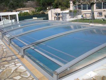 Abri piscine Azenco coulissant ouvrant en totalité le bassin