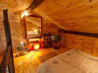 Chambre en mezzanine, miroir, ventilateur puissant
