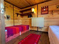 Chambre Pavillon Oriental, lits jumeaux, étagère, mini-chaîne