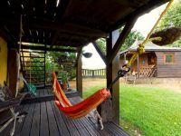Le hamac, sous la grande terrasse, où vous pourrez rêvasser à l'