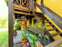 Escalier d'accès à la grande terrasse et au gîte