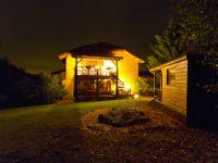 Terrasse du gîte illuminée la nuit, dans une ambiance féerique .