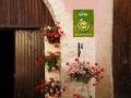 portes de garage fleuries et logo des gîtes