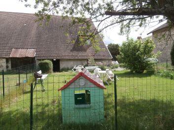 la pelouse et sa maison de poupées