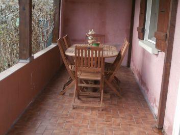 terrasse coverte à l'avant du gîte