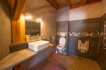salle de bain de la clairière (adaptée au peronnes à mobilité ré