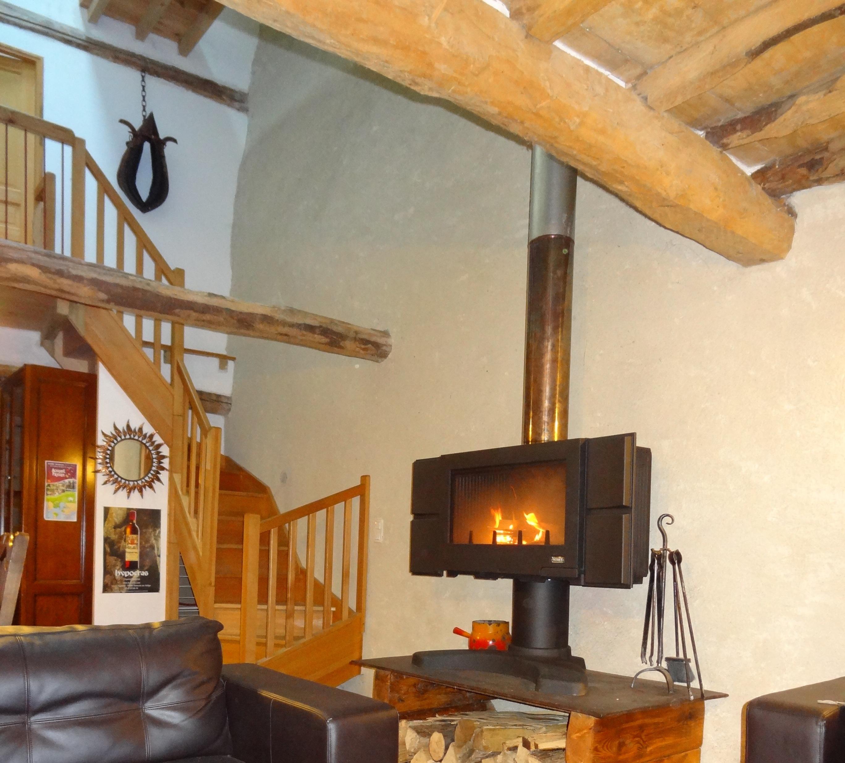 Le poêle à bois dans la salle de vie