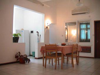 partie de la cuisine et salle à manger de l'appartement