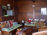 le salon sur la terrasse couverte face à la mer