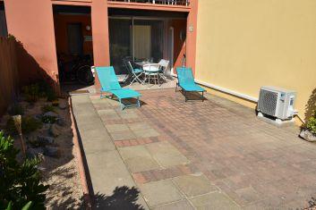 Séjour avec baie vitrée sur loggia et terrasse