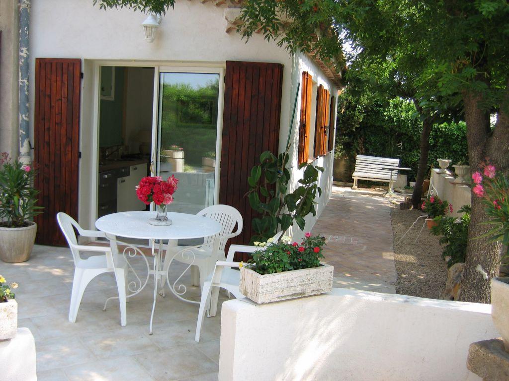 aubagne 13 joli petit appartement terrasse jardi parking. Black Bedroom Furniture Sets. Home Design Ideas