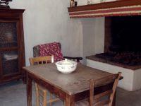 piece attenante a la cour,petite cuisine d ètè,et possible lit d
