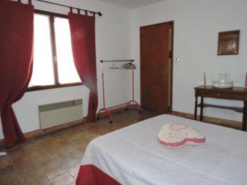 chambre lit 140 carrelage terre cuite,armoire et tables de nuit