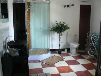 Salle de douche de la chambre triple du 2ème étage