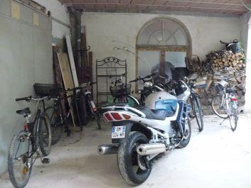 Cour fermée pour vélos et motos