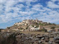 Le village historique, Forès, 865m, hauteur qui donne fraîcheur