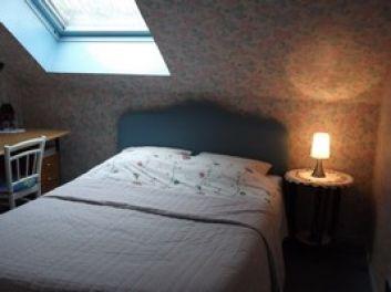 la chambre bbleue du 1er étage son lit de 140 x 190
