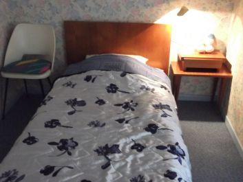 le lit de 90 x 190 de la chambre du 1er étage