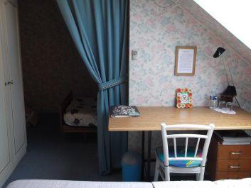 la table bureau dans la chambre du 1er étage