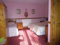Chambre en bas. 3 lits simple