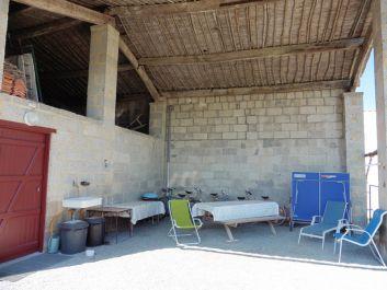 Sous le hangar, table tennis de table, vélos, matériel pêche