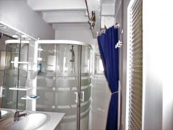 La salle d'eau avec douche italienne