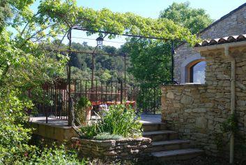 L'entrée par la terrasse coté jardin