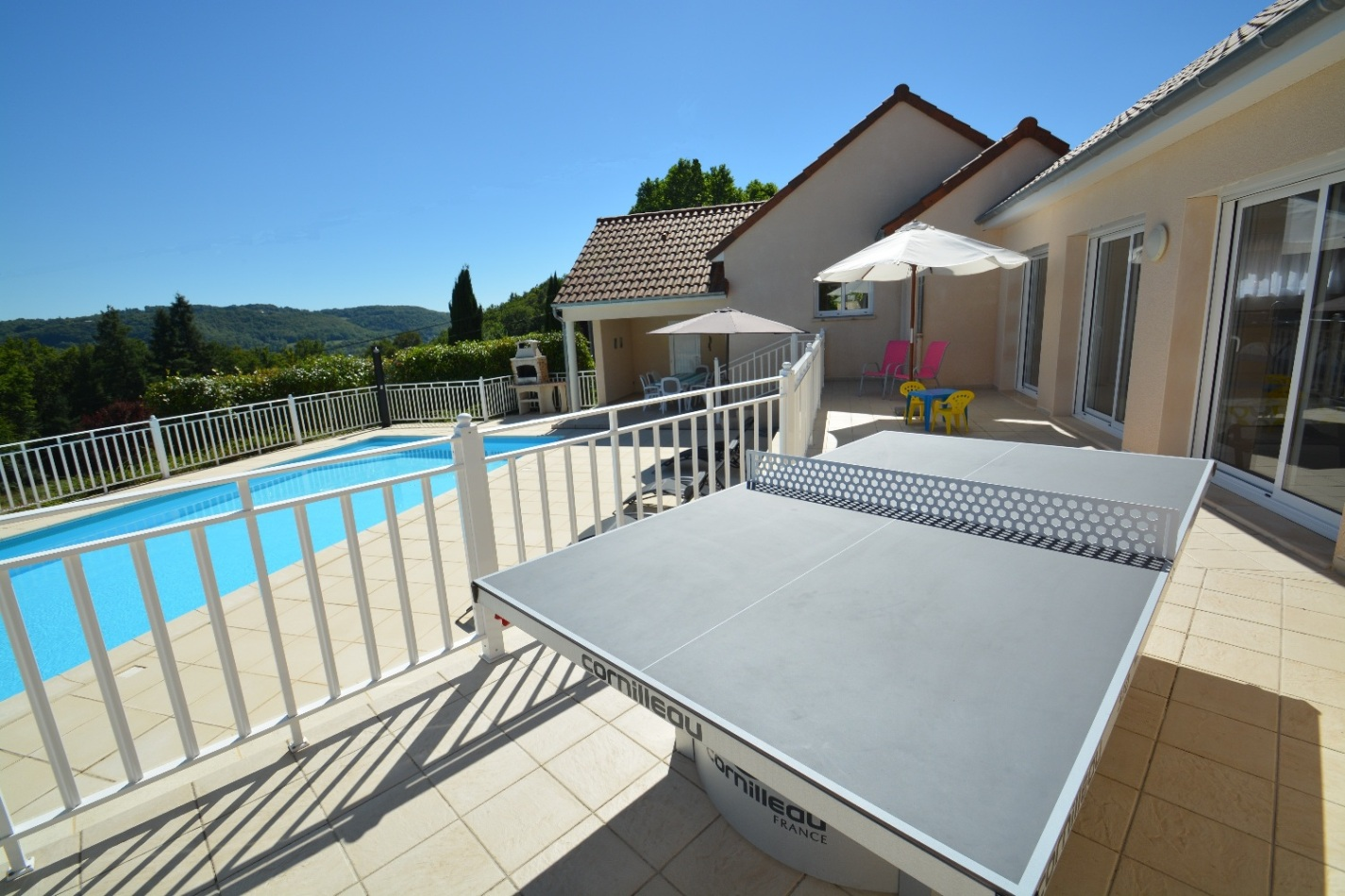 Grande terrasses avec table de ping-pong