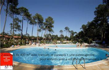 2 piscines de 400 m² avec transats et parasols + pateaugeoire