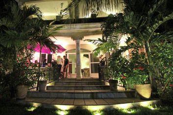 Vue entrée et terrasse de nuit