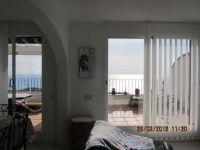 2 grandes porte-fenêtres avec vue sur la mer (stores)