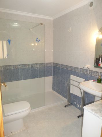 Salle de bain 1 grande douche italienne moderne, WC, évier, meub