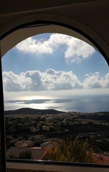 Grande fenêtre de la chambre (bas) avec vue sur la mer