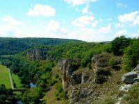 La falaise rocheuse de notre village qui surplombe la rivière.