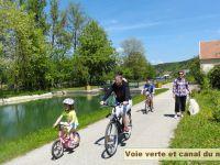 Vélo en famille le long de la voie verte.